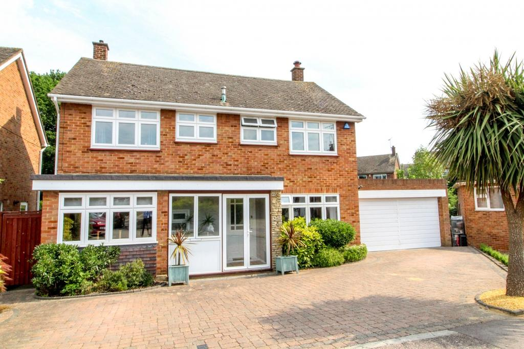 4 Bedrooms Detached House for sale in Whadden Chase, Ingatestone, Essex, CM4