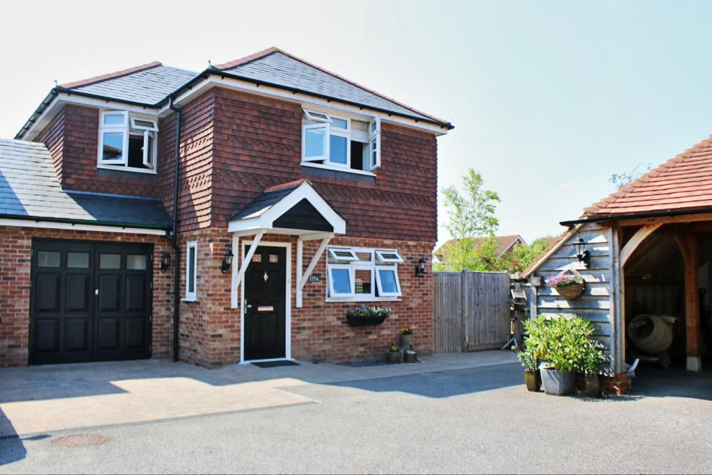 4 Bedrooms Link Detached House for sale in London Road, Hailsham BN27