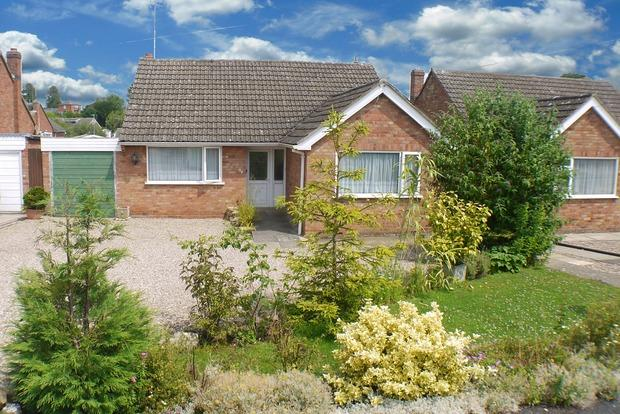 3 Bedrooms Bungalow for sale in Northleigh Grove, Market Harborough, Leicestershire, LE16