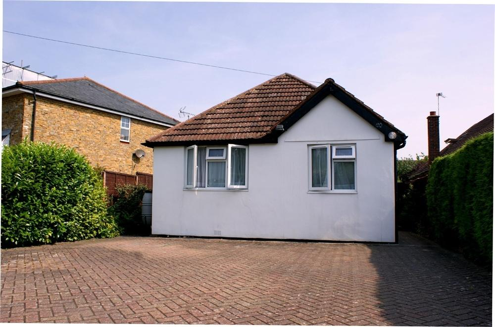 3 Bedrooms Detached Bungalow for sale in Arch Road, Hersham, WALTON-ON-THAMES, Surrey
