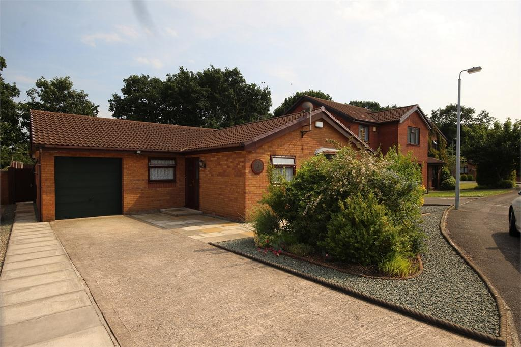 3 Bedrooms Detached Bungalow for sale in 2 Baytree Close, Great Sutton, Cheshire