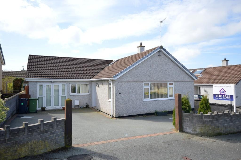 3 Bedrooms Detached Bungalow for sale in Cae Cnyciog, Llanfairpwll, North Wales
