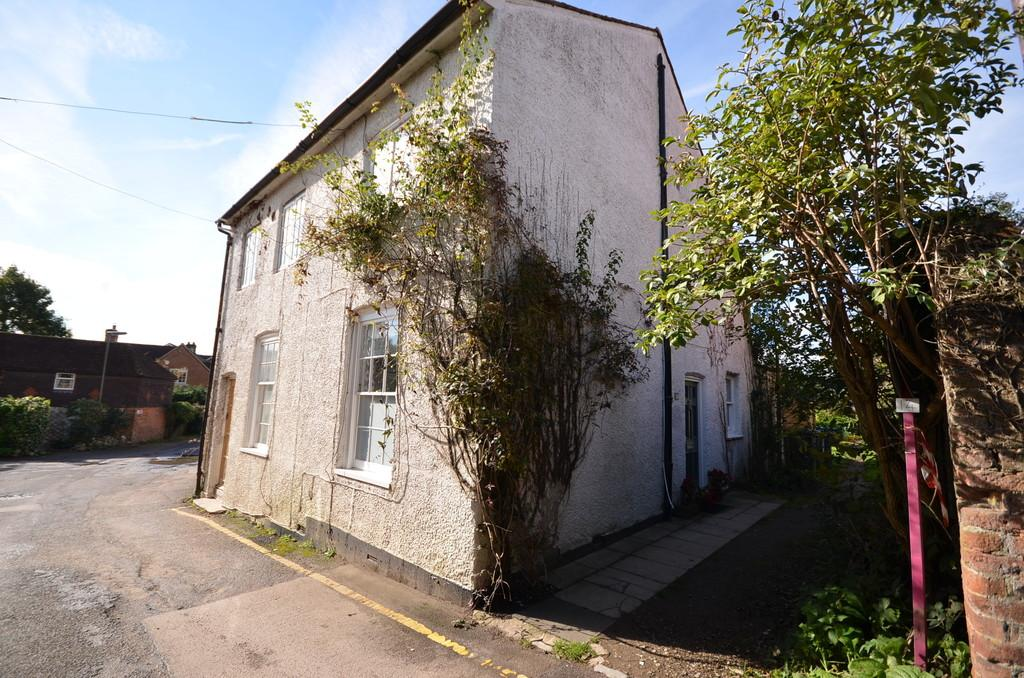 2 Bedrooms Semi Detached House for sale in Mead Lane, Farnham