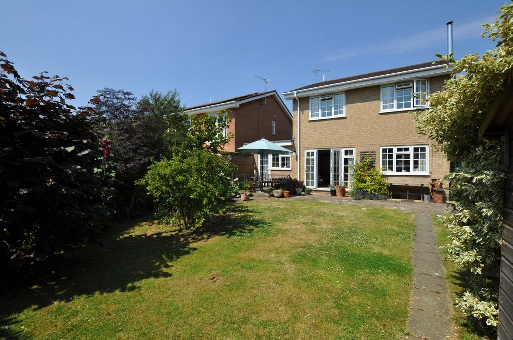 4 Bedrooms Detached House for sale in Bridgehill Close, Guildford