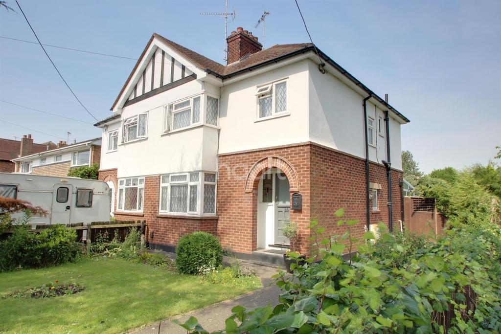 3 Bedrooms Semi Detached House for sale in Nevendon Road, Wickford
