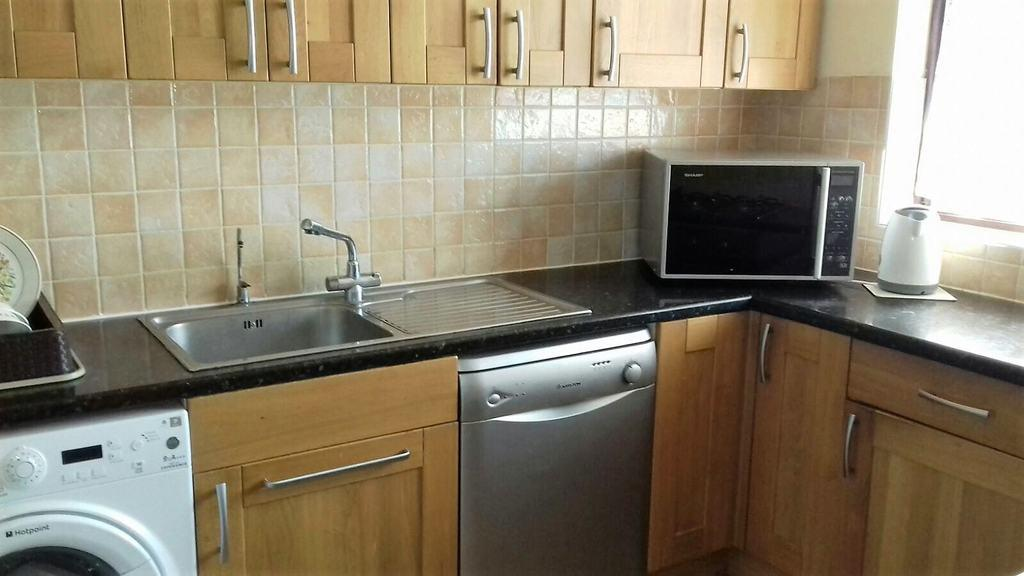 3 Bedrooms Maisonette Flat for sale in Hengrove Crescent, Ashford, TW15