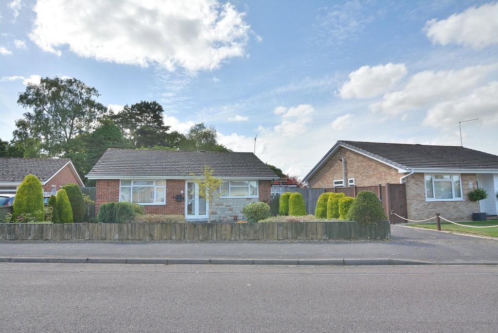 3 Bedrooms Detached Bungalow for sale in Heathfield Road, West Moors