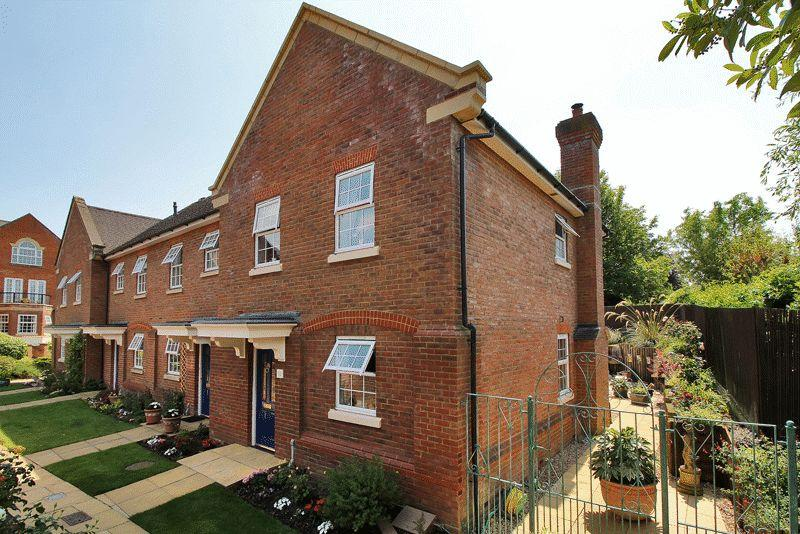 3 Bedrooms End Of Terrace House for sale in Potters Place, Horsham