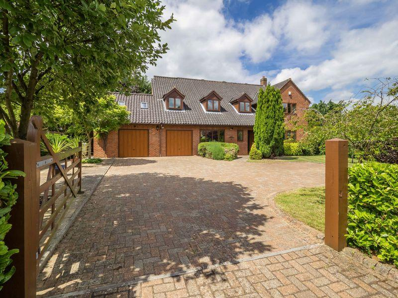 5 Bedrooms Detached House for sale in Snowberry Close, Taverham, Norwich