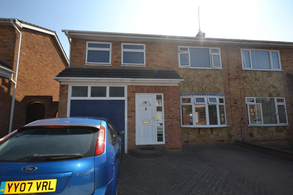 3 Bedrooms Semi Detached House for sale in Andrew Close, Stanford-le-Hope, SS17