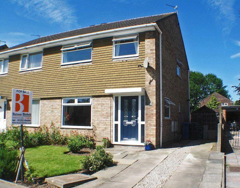3 Bedrooms Semi Detached House for sale in Harewood Close, Carleton