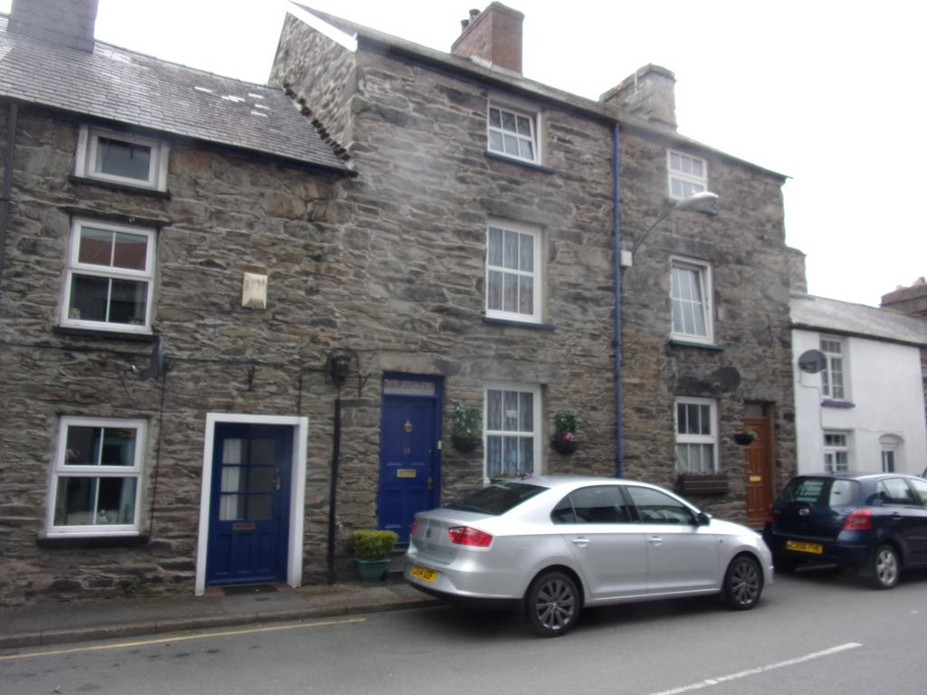3 Bedrooms Terraced House for sale in HEOL ARAN, BALA LL23