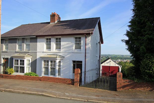 3 Bedrooms Semi Detached House for sale in Heol Y Delyn, Carmarthen, Carmarthenshire