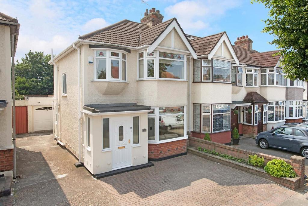 3 Bedrooms End Of Terrace House for sale in Carlton Road, Gidea Park, RM2
