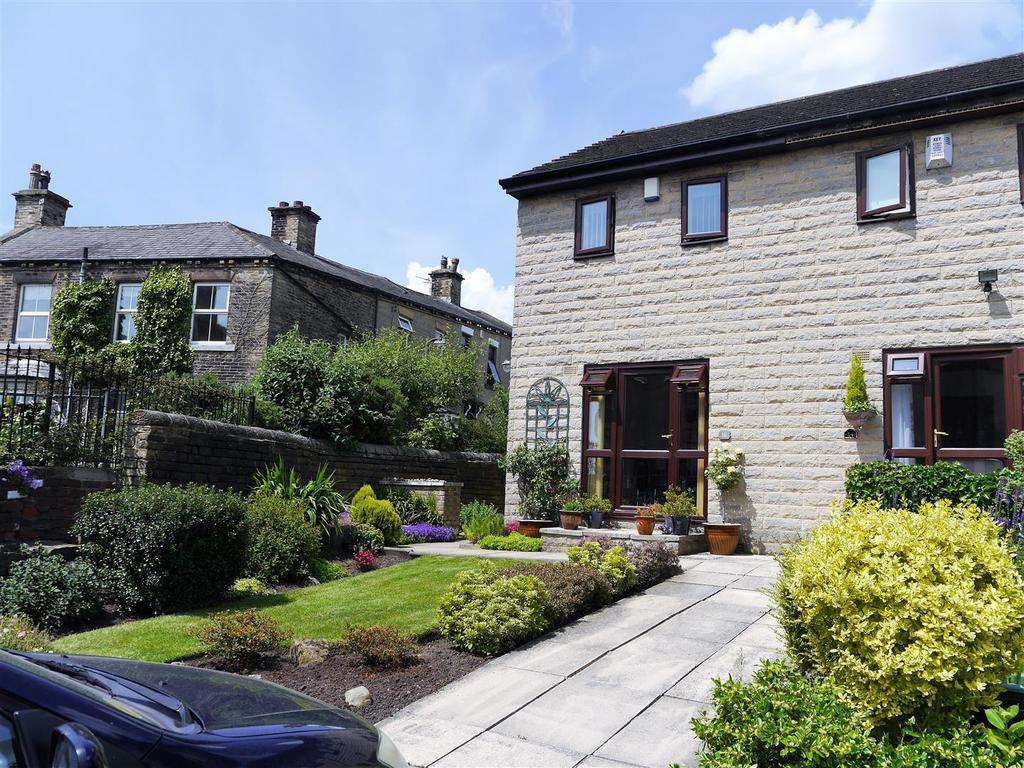 2 Bedrooms Town House for sale in Church Mews, Wibsey, Bradford, BD6 2EG