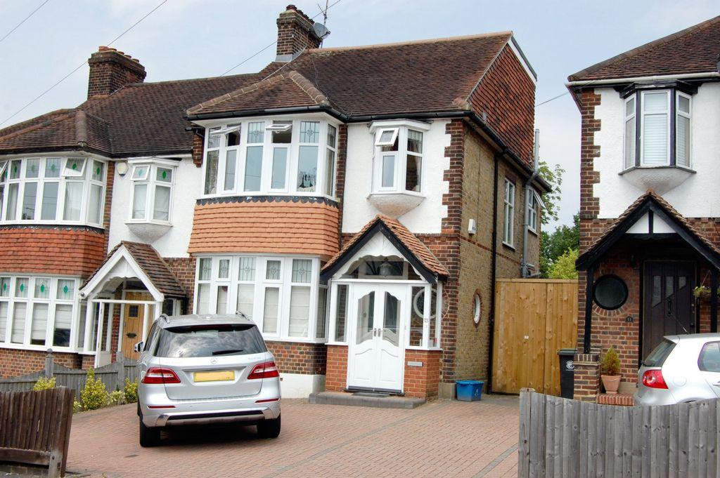 4 Bedrooms Semi Detached House for sale in Church Road, Buckhurst Hill, IG9