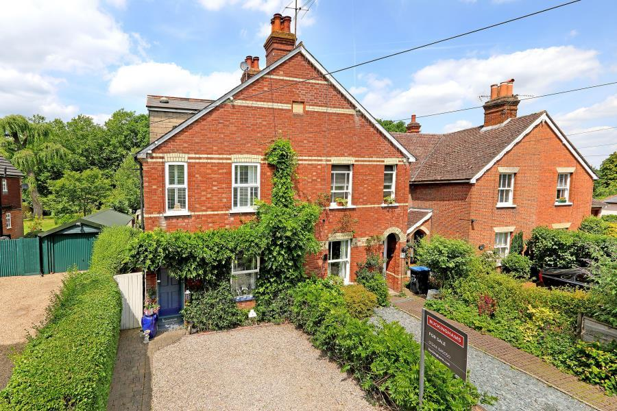 3 Bedrooms Semi Detached House for sale in Lyne, Surrey