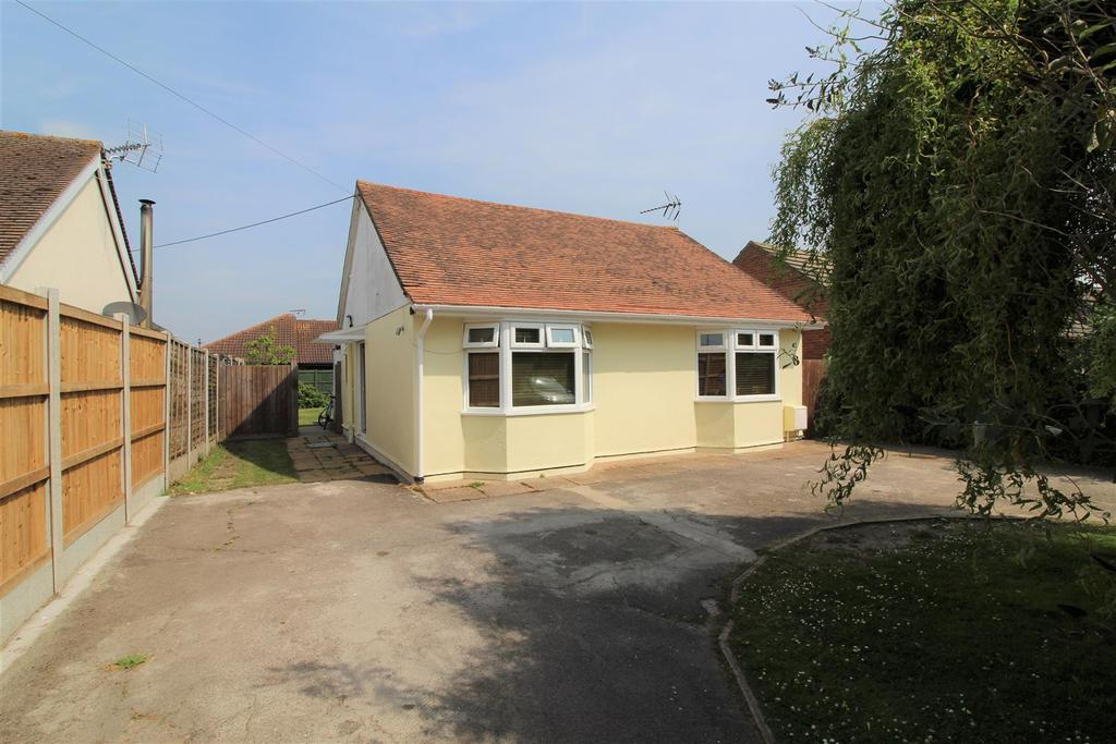 3 Bedrooms Detached Bungalow for sale in Landermere Road, Thorpe-Le-Soken, Clacton-On-Sea
