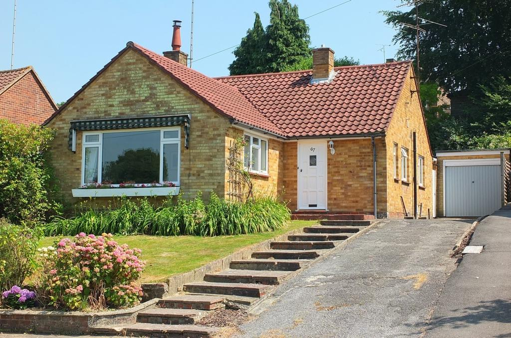 2 Bedrooms Bungalow for sale in Farlington Avenue, Haywards Heath, RH16