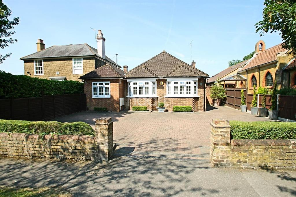 2 Bedrooms Bungalow for sale in Upper Halliford Road, Shepperton