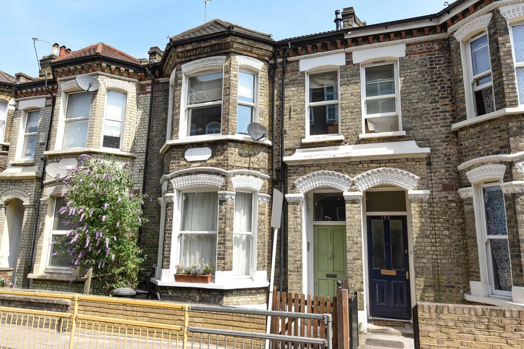 2 Bedrooms Flat for sale in Plough Road, Battersea