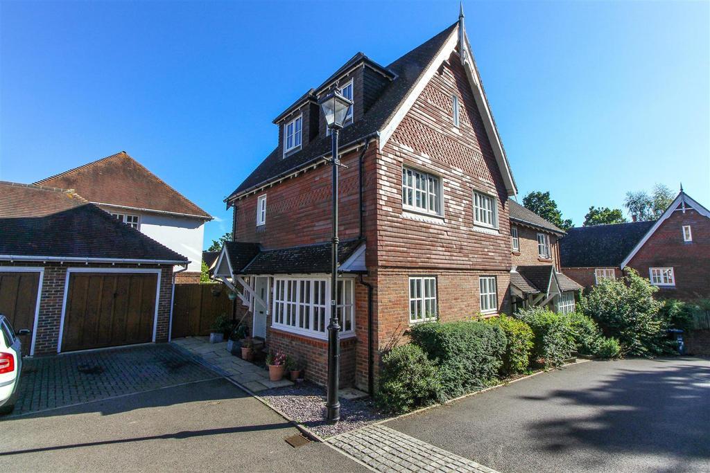 4 Bedrooms Semi Detached House for sale in Fletcher Way, Bolnore Village, Haywards Heath