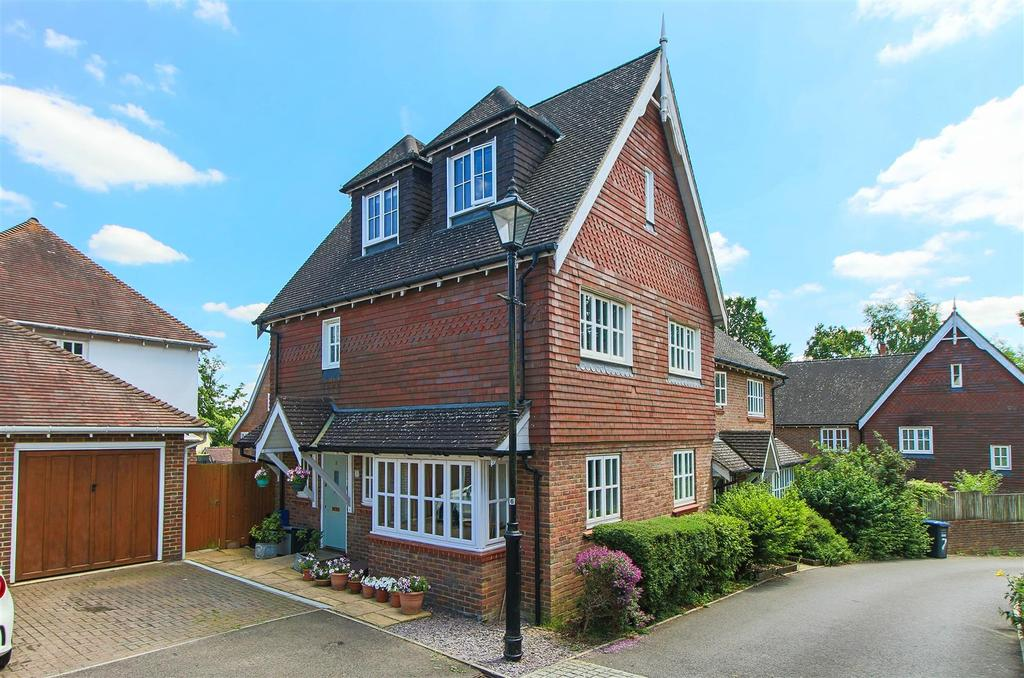 4 Bedrooms Semi Detached House for sale in Fletcher Way, Bolnore Village, Haywards Heath