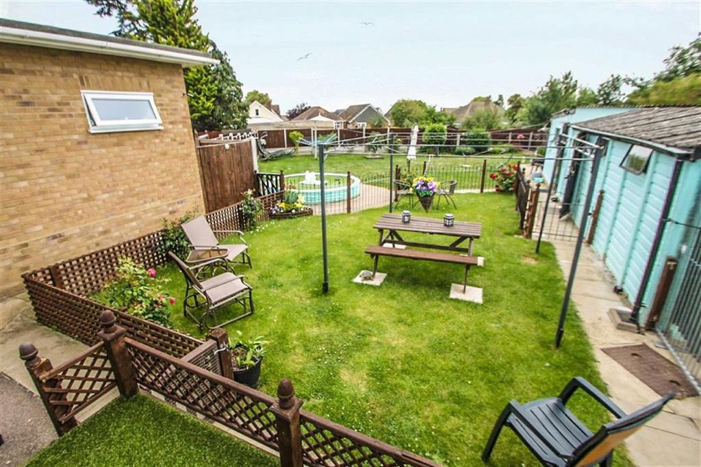3 Bedrooms Detached Bungalow for sale in Tudor Green, Clacton-on-Sea