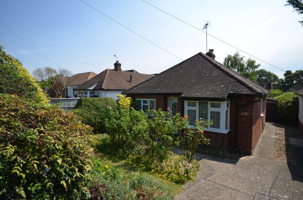 2 Bedrooms Detached Bungalow for sale in East Avenue, Farnham