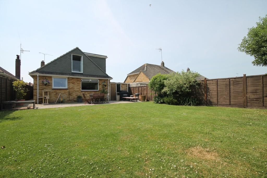 4 Bedrooms Chalet House for sale in Orchard Close, Ferring BN12 6QP