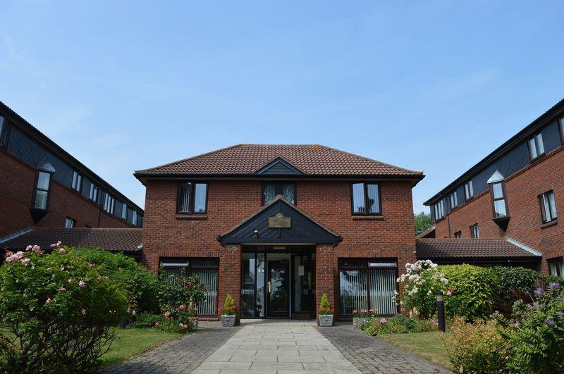 2 Bedrooms Retirement Property for sale in Imperial Avenue, Westcliff-On-Sea
