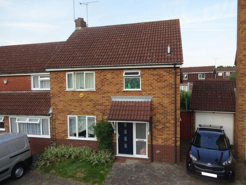 3 Bedrooms Semi Detached House for sale in Freshwater Close.