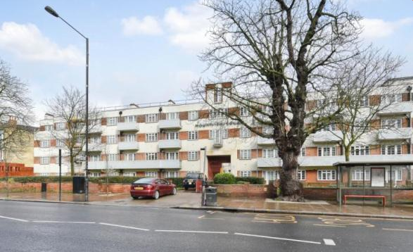 2 Bedrooms Flat for sale in Mountview Court, Green Lanes, London N8