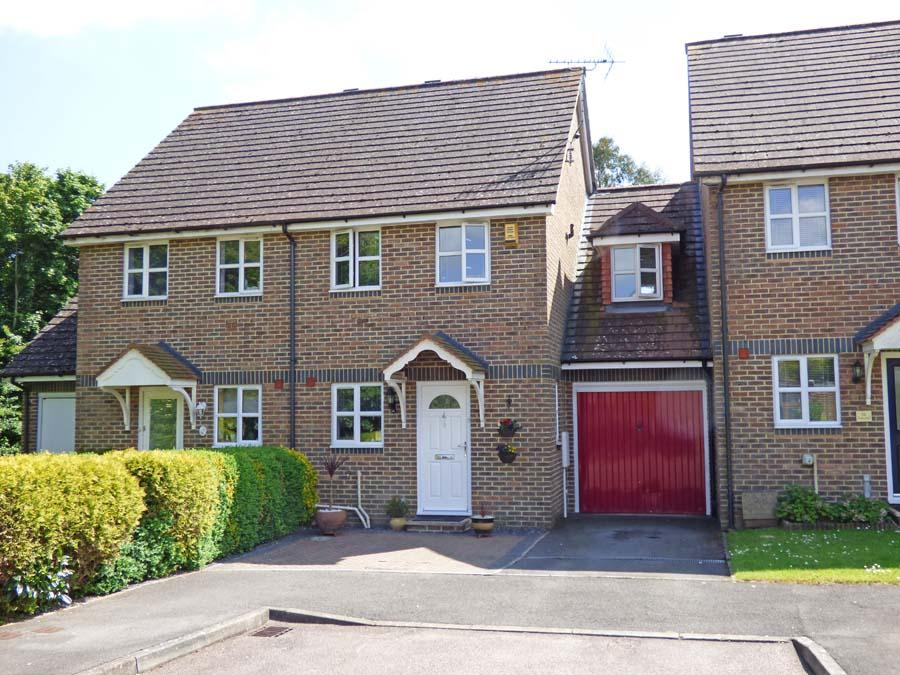 3 Bedrooms House for sale in Wallis Way, Burgess Hill, RH15