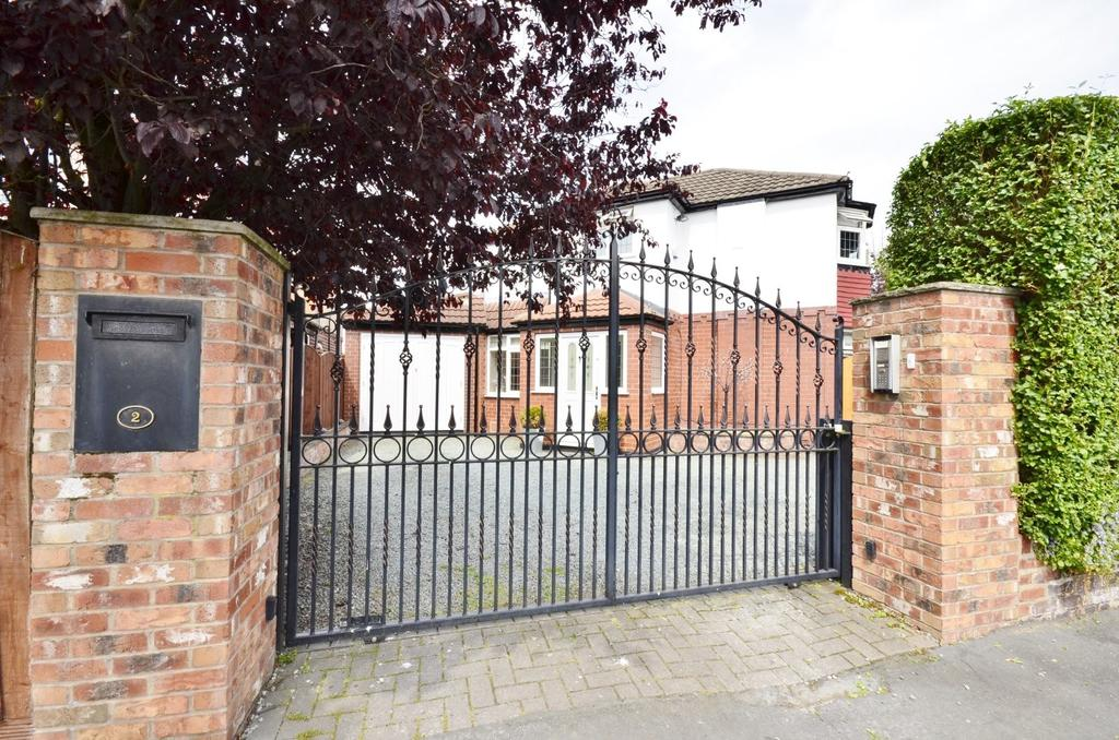 3 Bedrooms Detached House for sale in Marsland Avenue, Timperley, Altrincham