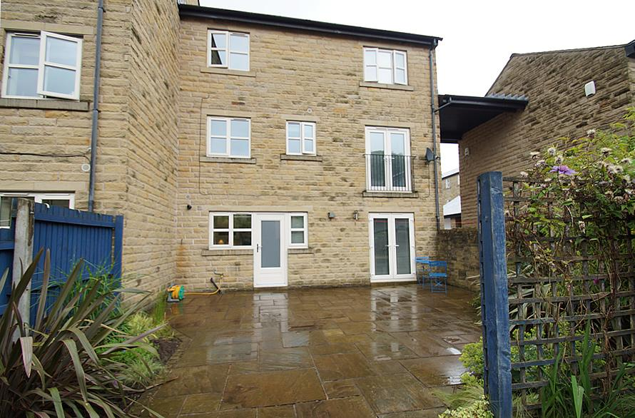 3 Bedrooms Semi Detached House for sale in Whitehead Close, Greenfield OL3