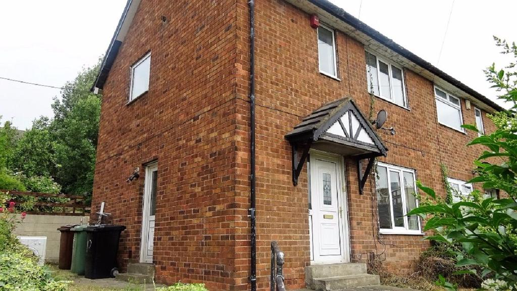 2 Bedrooms Semi Detached House for sale in Farrow Road, Wortley