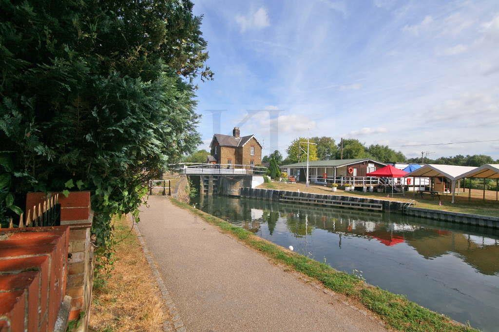 1 Bedroom Apartment Flat for sale in River Meads, Stanstead Abbotts - Extended Lease