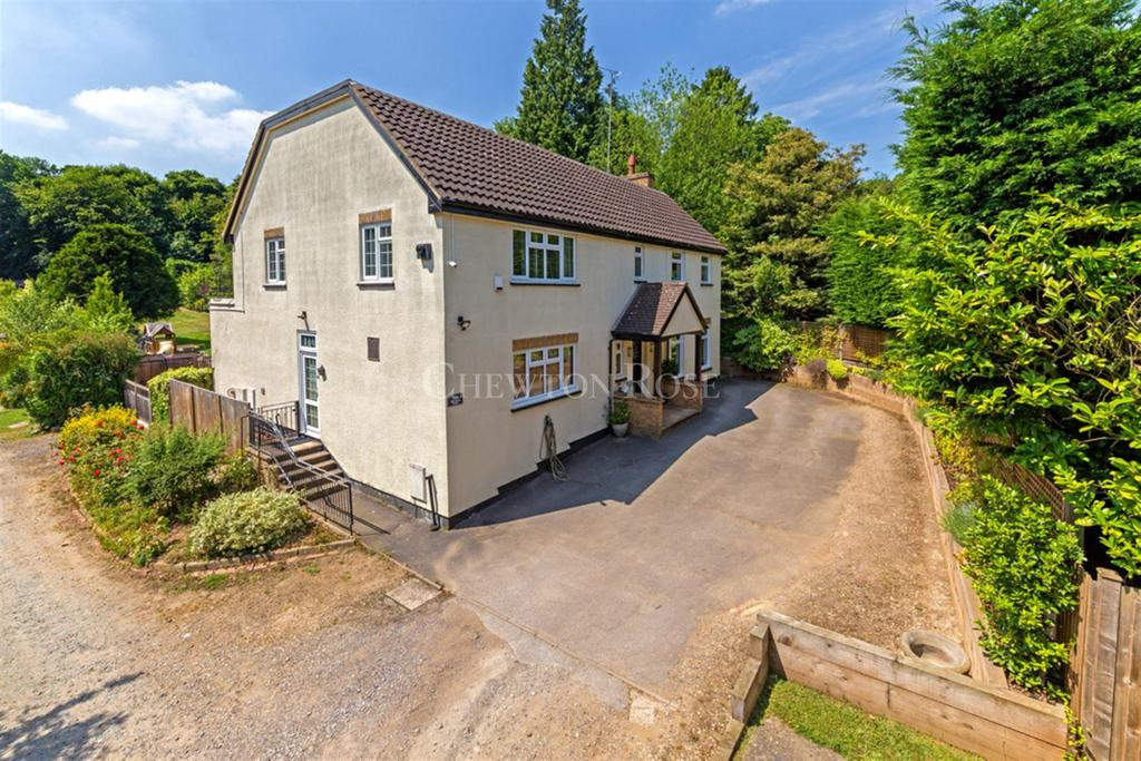 4 Bedrooms Detached House for sale in Piercing Hill, Theydon Bois