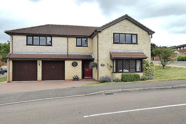 5 Bedrooms Detached House for sale in Laneside Hollow, East Hunsbury, Northampton, NN4