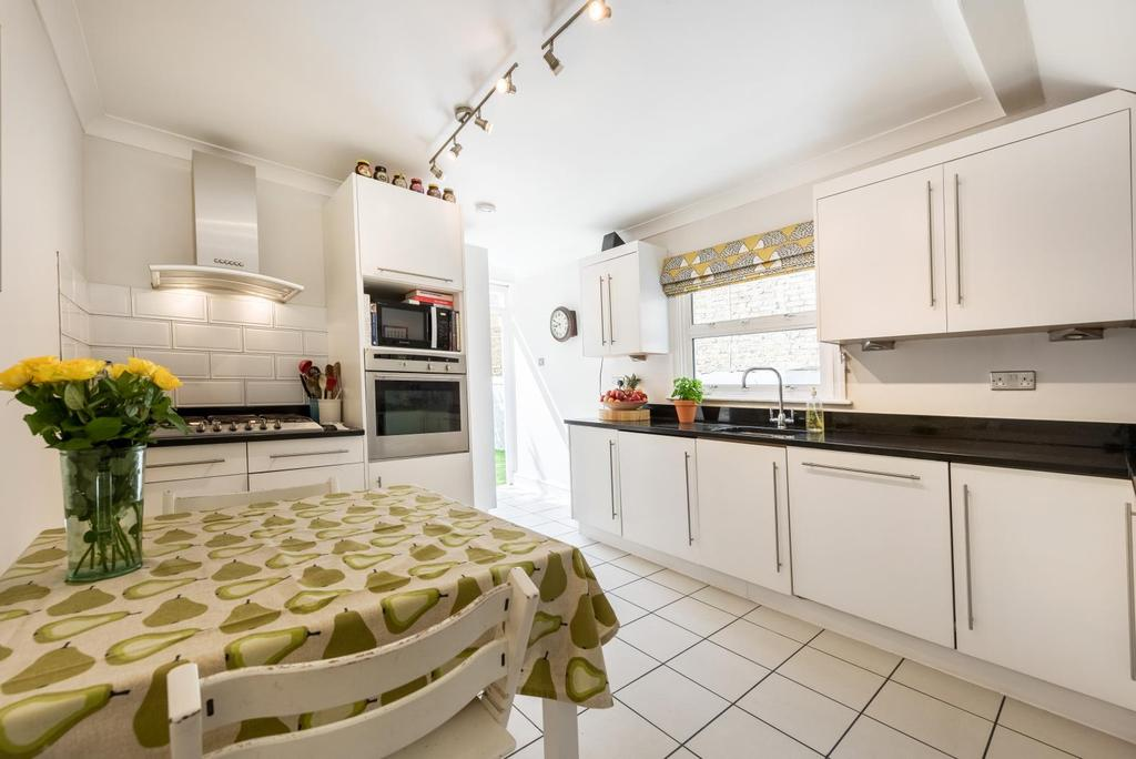 2 Bedrooms Flat for sale in THIRSK ROAD, SW11