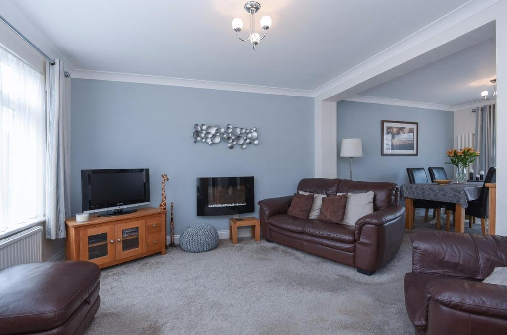 3 Bedrooms End Of Terrace House for sale in Field Close Burgess Hill West Sussex RH15