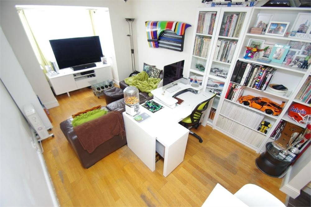 2 Bedrooms Flat for sale in Gladesmere Court, WATFORD, Hertfordshire