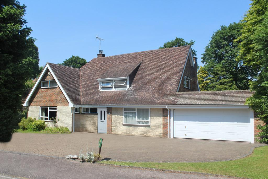 4 Bedrooms Detached Bungalow for sale in Gorse Bank Close, Storrington