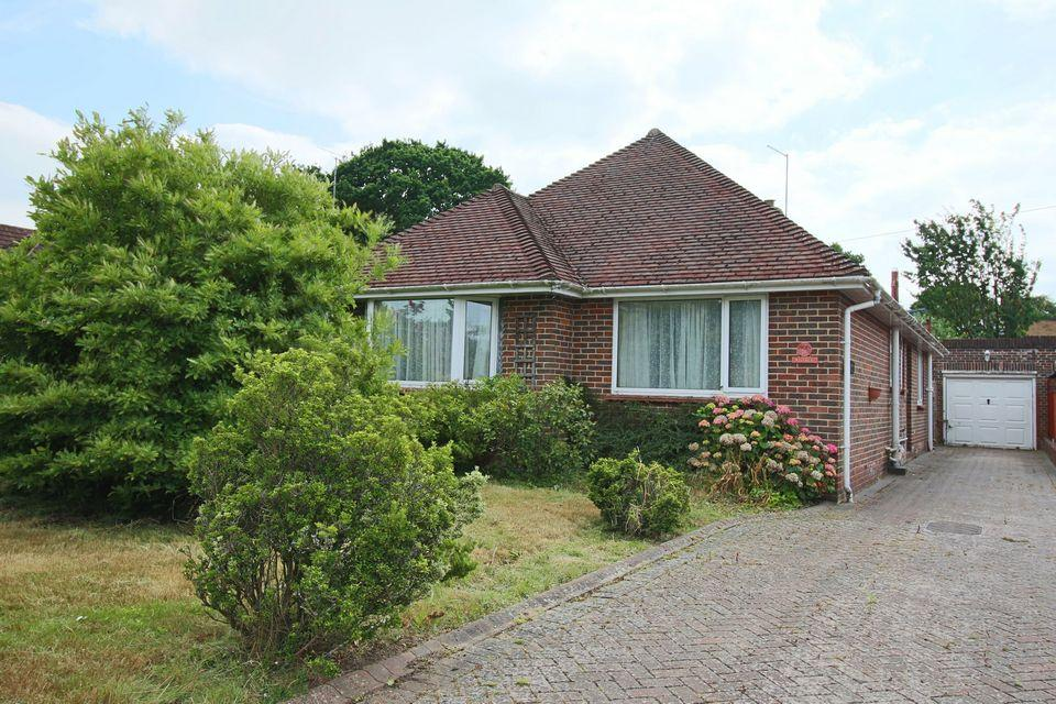 3 Bedrooms Detached Bungalow for sale in Dale Avenue, Keymer, Hassocks, West Sussex, BN6 8LS