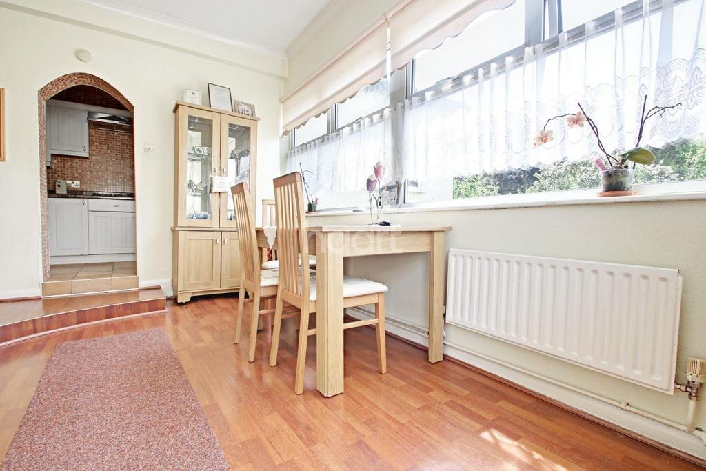 2 Bedrooms Bungalow for sale in Bridge Avenue, Upminster