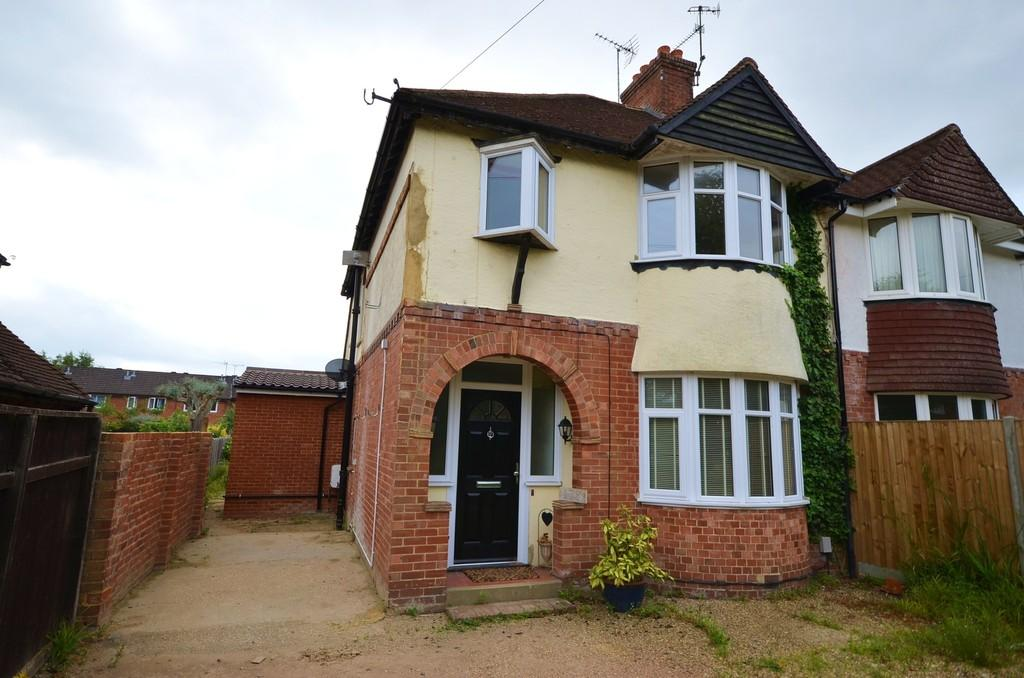 3 Bedrooms Semi Detached House for sale in Weybourne Road, Farnham
