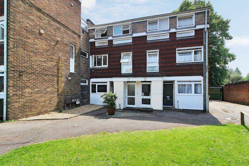 3 Bedrooms Maisonette Flat for sale in South Holmes Road, Horsham, West Sussex, RH13 6HR