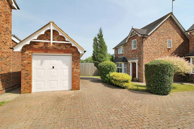 3 Bedrooms Detached House for sale in Bakers Close, Southwater, West Sussex, RH13 9DX