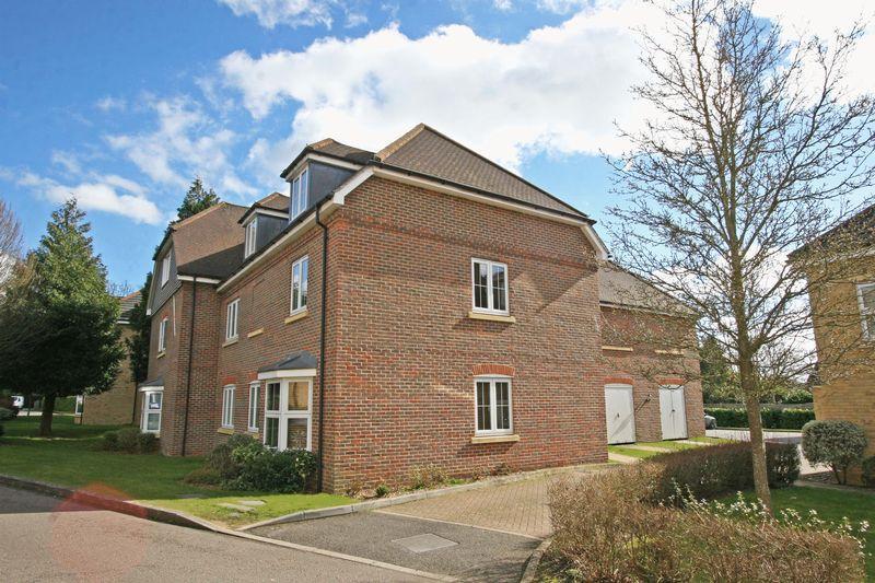 2 Bedrooms Apartment Flat for sale in Cranwells Lane, Farnham Common SL2